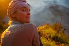 Горы восхода солнца девушки портрета молодые милые Точка зрения вулкана утра природы Африки Гора Trekking, ландшафт взгляда Стоковые Фотографии RF
