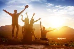 Горы восхода солнца друзей группы счастливые стоковые фото