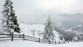 Горы в зиме Сельское pezazh покрытые валы снежка счастливое Новый Год акции видеоматериалы