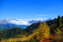 Горы в осени стоковые изображения