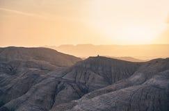 Горы в пустыне на заходе солнца стоковые фото