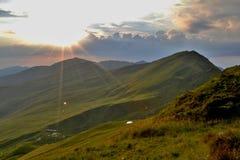 Горы в Румынии - облака Rodna на заходе солнца Стоковое Изображение RF