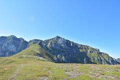Горы в солнечном дне, Румыния Bucegi Стоковые Фото