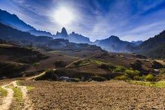 Горы в утре через туман Стоковое Изображение RF