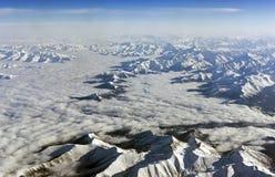 Горы Гималаев под облаками Взгляд от самолета - Тибета Стоковое фото RF