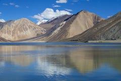 Горы Гималаев с tso Pangong мочат озеро и голубое небо с белыми облаками, Ladakh, Джамму и Кашмир, Индию стоковое фото rf