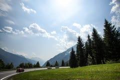 Горы горных вершин лета с ясным голубым небом; Стоковое Изображение RF
