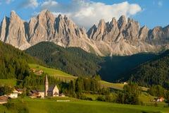 Горы доломита за малым селом стоковое фото