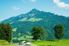 Горы дороги и Prealps в грюйере в швейцарце Fribourg Стоковое Изображение RF