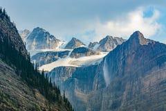Горы, ледники, waterfallss, национальный парк Banff, Канада Стоковые Изображения