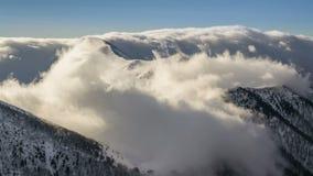 Горы зимы снежные при облако нижнего яруса летая над гребнем в промежутке времени света утра видеоматериал