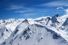 Горы зимы с карнизом снега и голубое небо с облаками Стоковая Фотография RF