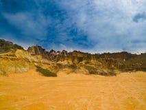 Горы и взгляд песка на день голубого неба стоковые фотографии rf