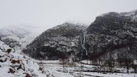 Горы и водопад Snowy в Шотландии Стоковое фото RF