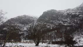 Горы и водопад Snowy в Шотландии Стоковые Изображения