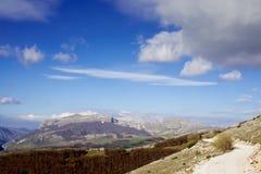 Горы и голубые небеса Стоковые Изображения