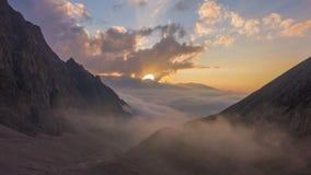 Горы и двигая облака на заходе солнца Воздушное гипер упущение сток-видео