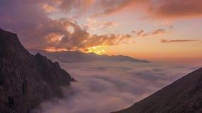 Горы и двигая облака на заходе солнца Воздушное гипер упущение акции видеоматериалы