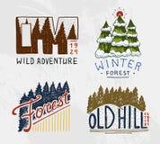 Горы и деревянный логотип, coniferous располагаться лагерем леса и одичалая природа ландшафты с соснами и холмами Эмблема или иллюстрация вектора