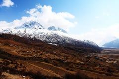 Горы и деревни покрытые снегом стоковое фото rf