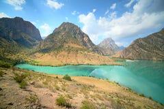 Горы и зеленое озеро стоковые изображения