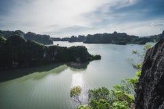 Горы и море залива Ha длинные стоковые фото