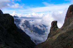 Горы и облака проползать, Корсика Стоковые Фотографии RF