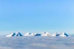 Горы и облака Snowy Стоковые Фото
