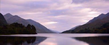 Горы и озеро гористой местности Стоковые Фото