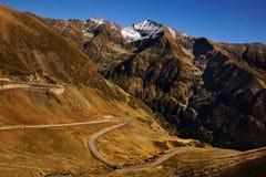 Горы и пустая дорога на ноче Стоковое фото RF