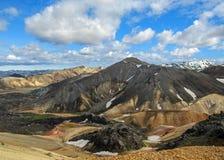 Горы горы и риолита Blahnukur покрытые со снегом в регионе Landmannalaugar геотермическом, южной Исландией стоковое изображение rf