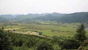 Горы и сельская местность около воды района Cumbria Англии Великобритании и Derwent озера Keswick от скопы смотрят вне сток-видео