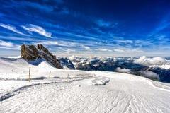 Горы и скала с снегом, лыжным районом, горой Titlis, Швейцарией Стоковая Фотография