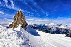 Горы и скала с снегом, лыжным районом, горой Titlis, Швейцарией Стоковые Изображения RF