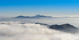 Горы и туман Deogyusan в зиме Стоковые Изображения