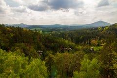 Горы и утесы в лесе Стоковые Фотографии RF