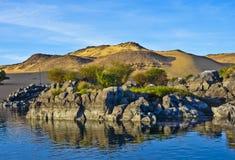 Горы и утесы в реке Нил в Асуане Стоковая Фотография RF