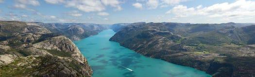 Горы и фьорд в Норвегии Стоковые Изображения