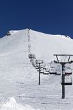 Горы и лыжа зимы склоняют на славный день Стоковые Фотографии RF