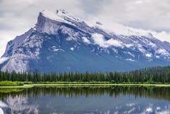 Горы и Vermillion озеро на национальном парке Banff в Albe стоковые фото