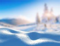 Горы ландшафта сугроба величественные в зиме Волшебный снег зимы покрыл дерево В ожидании праздник Стоковые Изображения RF