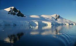 горы ледников отразили Стоковые Изображения