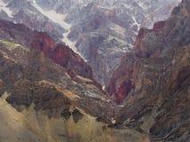 Горы много цветов: красный, бургундский, коричневый, желтый цвет как каменные волны, современная внутренняя фотография, Гималаи Стоковое Изображение RF
