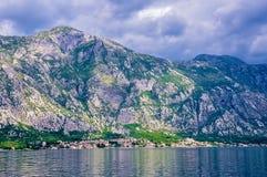 Горы на береге Boka Kotorska преследуют, Boka-Kotorska, Черногория, Европа Стоковое Изображение RF