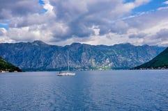 Горы на береге Boka Kotorska преследуют, Boka-Kotorska, Черногория, Европа Стоковое Изображение