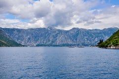 Горы на береге Boka Kotorska преследуют, Boka-Kotorska, Черногория, Европа Стоковые Фотографии RF