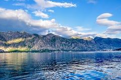 Горы на береге Boka Kotorska преследуют, Boka-Kotorska, Черногория, Европа Стоковое Фото