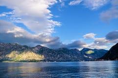 Горы на береге Boka Kotorska преследуют, Boka-Kotorska, Черногория, Европа Стоковые Фото