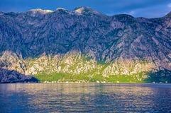 Горы на береге Boka Kotorska преследуют, Boka-Kotorska, Черногория, Европа Стоковые Изображения RF