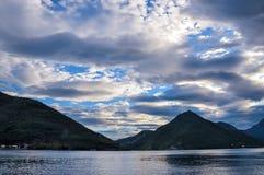 Горы на береге Boka Kotorska преследуют, Boka-Kotorska, Черногория, Европа Стоковая Фотография